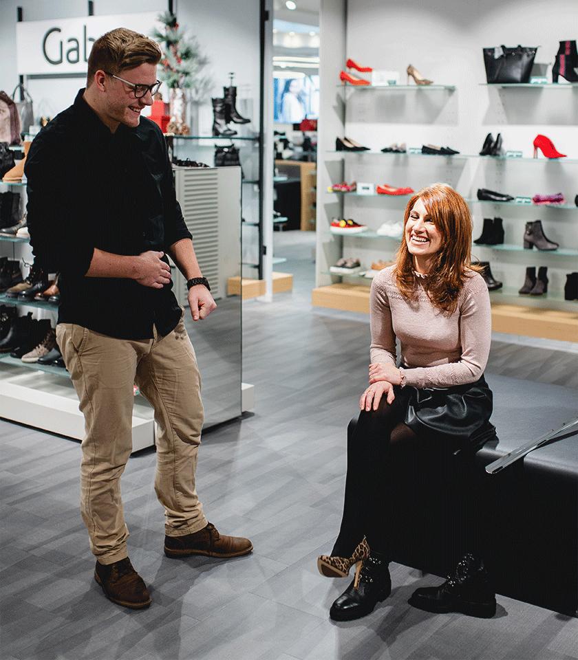 Verkaufsgespräch zwischen zwei fröhlichen Menschen