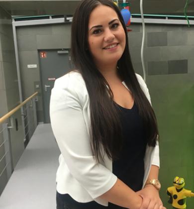 Eine lächelnde Auszubildende in der Zentrale