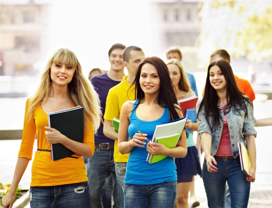 Eine Gruppe junger Erwachsener mit Schreibmaterial